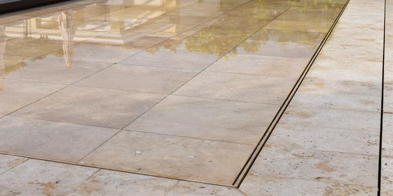 fondo móvil tieleman para piscinas privadas revestido en piedra